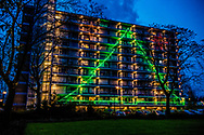 rotterdam - kersversiering op een flat in rotterdam lampjes , kerst , versiering , buietn feestdag ROBIN UTRECHT
