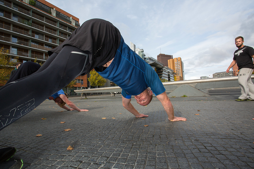 Germany - Deutschland - Wildfitness Experience in Berlin; Parcour Introduction with Jez Lazell at Gabriele-Tergit-Promenade in Tillia Durieux Park, Potsdamer Platz; (with ParkourONE trainer Samson Saathoff); Berlin, 08.10.2016; © Christian Jungeblodt