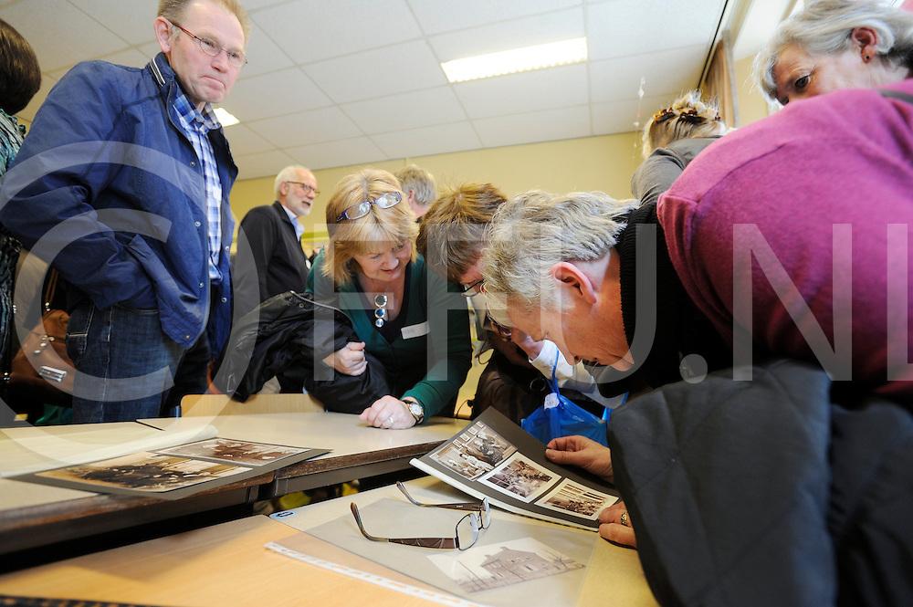 BRUCHTERVELD - Reuni 100 jaar basisschool.Foto: Plaatje kijken van vroeger blijft de grootste trekpleister..FFU PRESS AGENCY COPYRIGHT FRANK UIJLENBROEK.