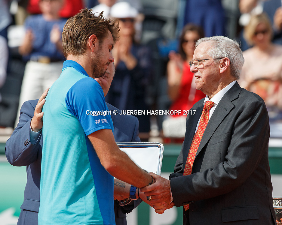 Tennis Legende Roy Emerson (AUS) gratuliert dem Finalisten STAN WAWRINKA (SUI)<br /> <br /> Tennis - French Open 2017 - Grand Slam / ATP / WTA / ITF -  Roland Garros - Paris -  - France  - 11 June 2017.