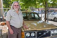 Mitch Wilson delägare till Alamo Automotive i Portland står bredvid en 1979-års Volvo 250 kombi som har gått 65 000 mil. <br /> Foto: Christina Sjögren