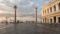 """Der Markusplatz in Venedig ist einer der touristisch überrannten Orte auf der historischen Insel. Doch es gibt eine Tageszeit, da gehört der Platz, den Napoleon als den """"schönsten Festsaal Europas"""" bezeichnet haben soll, nur wenigen. Wer früh am Morgen über den Platz läuft, findet ein paar einsame Touristen und Arbeiter vor, der Markusplatz wirkt verlassen und endlos in seinen Dimensionen."""