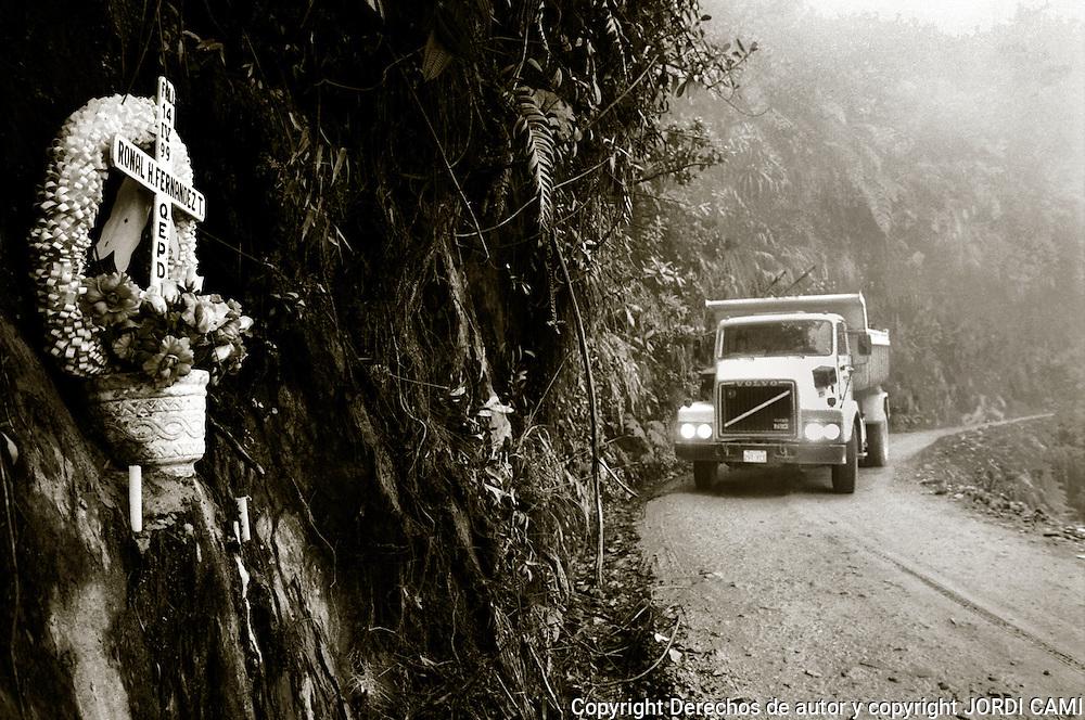 Las numerosas cruces que se encuentran durante el trayecto <br /> dan testimonio de lo peligrosa que es la carretra de los Yungas.<br /> Foto : JORDI CAMI