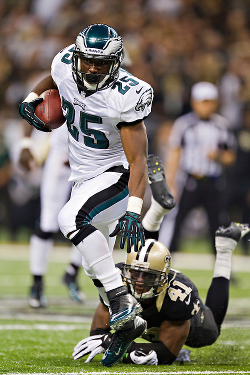 NEW ORLEANS, LA - NOVEMBER 5:  LeSean McCoy #25 of the Philadelphia Eagles gets loose from the tackle of Roman Harper #41 of the New Orleans Saints at Mercedes-Benz Superdome on November 5, 2012 in New Orleans, Louisiana.  The Saints defeated the Eagles 28-13.  (Photo by Wesley Hitt/Getty Images) *** Local Caption *** LeSean McCoy; Roman Harper