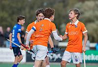 BLOEMENDAAL - aanvoerder Joppe van Liebergen (Bldaal)  scoort 3-2  tijdens de competitiewedstrijd hockey jongens B , Bloemendaal JB1-Breda JB1 (3-2)  , rechts Tobias Bovelander COPYRIGHT KOEN SUYK