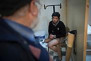 Ahmad Abu Ubaidah, 25 years, is trying a new prosthesis in Kilis - Turkey. Before the war an electrician, Ahmad is a former commander of the Al-Tawhid brigade, who led 10 people in a battalion of 40. 50 of his friends died during the war. In January 2013 he was hit during the famous Battle of the airport by a tank shell and he lost a leg. Then he went back to the front with one leg but he slowed his friends. Now he works relentlessly for the Tawhid Medical Foundation in Gaziantep and Kilis, Turkey, organizing medical aid, translators and housing for his wounded comrades. Even with one leg he stays a commander, now active on the front of medical help and assistance. <br /> <br /> Ahmad Abu Ubaidah, 25 ans, essaie une nouvelle prothèse a Kilis en Turquie. Cet ancien électricien, commandant de brigade Al-Tawhid brigade, dirigeait 10 personnes dans un bataillon de 40. 50 de ses amis sont morts pendant la guerre. En janvier 2013 il a été touché pendant la célèbre bataille de l'aéroport par un obus de blindé et il a perdu une jambe. Ensuite il est reparti sur le front avec une jambe mais il ralentissait ses amis. Maintenant il travaille pour le Tawhid Medical Foundation à Gaziantep et à Kilis, Turquie. Ahmad organise les soins et des traducteurs pour ses camarades blessés, des logements pour leur famille en turquie. Même avec 1jambe il reste un commandant, actif sur un autre front: celui des soins médicaux et de l'assistance.