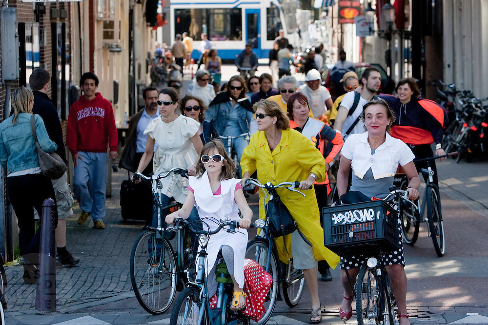 Een groep fietsers rijdt met Italiaanse mode door Amsterdam. Het is een initiatief van het Italiaanse instituut NABA. Zij hebben een wedstrijd gehouden om kleren en accessoires te ontwerpen die de verkeersveiligheid van fietsers kan verhogen en tegelijk er modieus uitzien. Aanleiding voor de wedstrijd was een dodelijk ongeval in Milaan. In september 2008 reden de winnende ontwerpen ook door Milaan