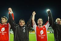 Brann jubler for bronse. Olafur Ørn Bjarnason, Paul Scharner, Robbie Winters og Thomas Lund, Brann.<br /> <br /> Fotball. Tippeligaen 2004. Lillestrøm - Brann 2-2. 30. oktober 2004. (Foto: Peter Tubaas/Digitalsport).