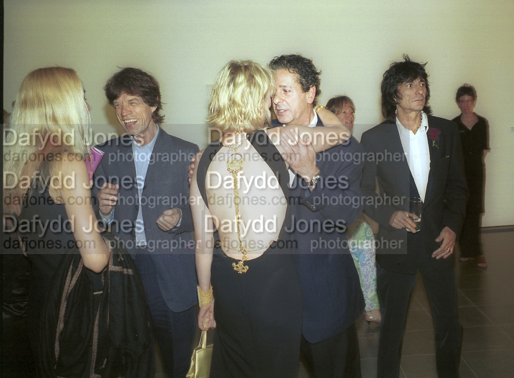 Jerry Hall, Mick Jagger, Trudie Styler and Ronnie Wood. 30th Aniversary Gala Dinner, Serpentine Gallery.20 June 2000<br />© Copyright Photograph by Dafydd Jones 66 Stockwell Park Rd. London SW9 0DA Tel 020 7733 0108 www.dafjones.com