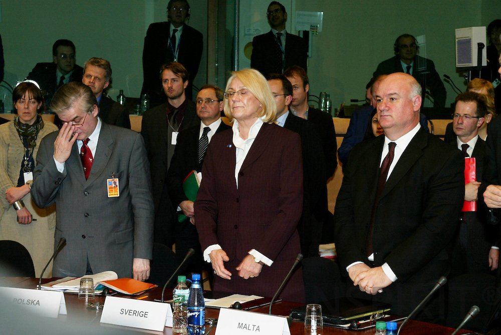 BRUSSELS - BELGIUM - 23 FEBRUARY 2004--Inauguration of the Anna LINDH EU-Council meeting room.-- One minut of silence From left the Ministers of Foreign Affairs, Vlodzimierz CIMOSZEWICZ, Poland, Laila FREIVALDS, Sweden and Joe BORG, Malta.-- PHOTO: ERIK LUNTANG / INSPIRIT Photo