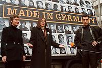 """04.02.1999, Deutschland/Bonn:<br /> Marieluise Beck, MdB, B90/Grüne, Ausländerbeauftragte des Deutschen Bundestages, Kerstin Müller, B90/Grüne Fraktionsvorsitzende, und Cem Özdemir, MdB, innenpolitischer Sprecher der BT-Fraktion, präsentieren ein neues Plakat """"Made in Germany"""" zur Reform des Staatsbürgerschaftsrecht, Hochhaus Tulpenfeld, Bonn<br /> IMAGE: 19990204-02/01-20<br />  <br /> KEYWORDS: Kerstin Mueller, Cem Oezdemir"""