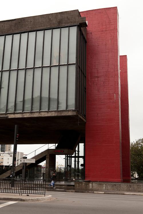 Sao Paulo_SP, Brasil...Fachada do MASP (Museu de Arte de Sao Paulo - Assis Chateaubriand) na Avenida Paulista em Sao Paulo  projetado pela arquiteta Italo-brasileira Lina Bo Bardi ...The Sao Paulo Museum of Art (in Portuguese, Museu de Arte de Sao Paulo, or MASP) is an art museum located on Paulista Avenue in the city of Sao Paulo designed by Lina Bo Bardi...Foto: LUIZ FELIPE FERNANDES / NITRO