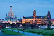 Barockes Dresden bei Dämmerung, Elbe, Ständehaus, Frauenkirche, Augustusbrücke, Dresden, Sachsen, Deutschland.|.Baroque Dresden at dusk, River Elbe, Staendehaus, Frauenkirche, Dresden, Saxony, Germany