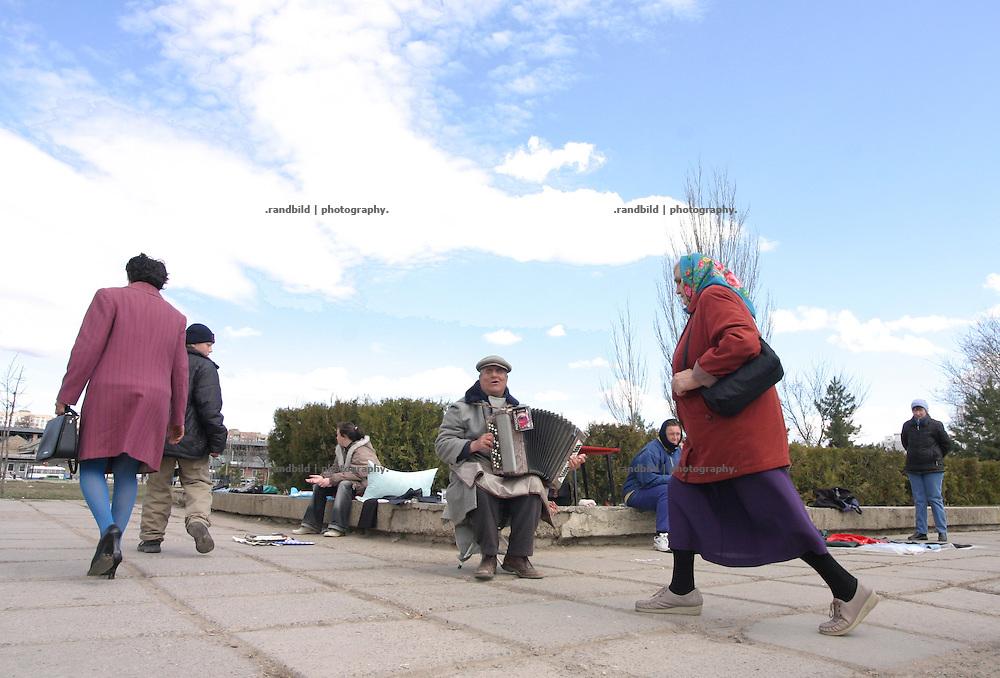 Ein blinder Akkordeonspieler in einem Park in Tiraspol/Transnistrien./ A blind musician plays for money in a park of Tiraspol/Transnistria.