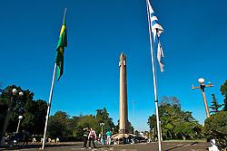 Separadas por uma rua, Santana do Livramento (Brasil) e Riveira (Uruguai) cultivam uma convivência pacífica entre os povos dos dois países. Um símbolo dessa convivência fraternal, é a chamada Praça Internacional que foi inaugurada em 1943, enquanto o mundo estava no meio da Segunda Guerra Mundial, e até hoje é a única binacional no mundo. FOTO: Lucas Uebel/Preview.com