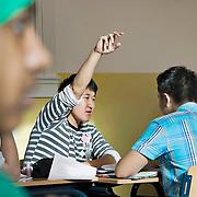 Nederland Rotterdam 23-09-2009 20090923 Serie over onderwijs,  openbare scholengemeenschap voor mavo, havo en vwo.  Lesuur wiskunde, allochtone leerlingsteekt vinger in de lucht en wacht op zijn beurt voor uitleg van de meester.   , study, studying, teacher, teaching, tekst, the netherlands, toekomst, toelichten, toelichting geven, uitleg, uitleg geven, uitleggen, vaardigheden, vaardigheid, vinger in de lucht houden, vinger in de lucht steken, vinger opsteken, voor de klas staan, voortgezet, vragen, writing, young, Youth, zelfstandig werken                                  .Foto: David Rozing
