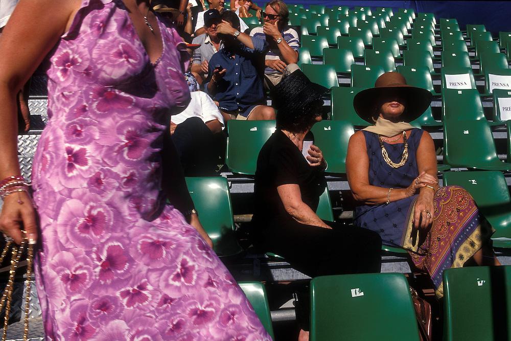 Espa&ntilde;a. M&aacute;laga Marbella. <br /> Espectadores en un torneo de tenis en el Club Puente Romano<br /> <br /> &copy; JOAN COSTA
