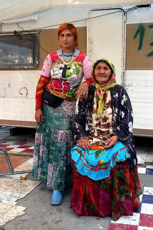 Roma 6 Maggio 2007.Rom's camp Casilino 900.Grandmother and grandson Bosnian Roma .Nonna e nipote rom bosniaci..Bambino rom bosniaco