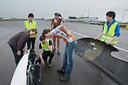 De snelheid van Wil Baselmans wordt uitgelezen na zijn eerste heat. HPT Delft, een team van studenten van de TU Delft en de VU Amsterdam, trainen op de baan van de RDW voor de recordpoging ligfietsen.<br /> <br /> The speed of Wil Baselmans is read out after his first heat. The HPT (Human Powered Team) is training at the test track in Lelystad for their attempt to break the world record Human Powered Vehicles.