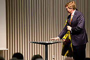 Koning Willem-Alexander bij de opening van de tentoonstelling &lsquo;Seurat. Meester van het pointillisme&rsquo; in het Kroller-Muller Museum. <br /> <br /> King Willem-Alexander at the opening of the exhibition 'Seurat. Master of Pointillism 'in the Kr&ouml;ller-M&uuml;ller Museum.<br /> <br /> Op de foto / On the photo:  Koning Willem-Alexander en directeur van het Kroller-Muller Museum Lisette Pelsers verrichten de openingshandeling van de tentoonstelling door zijn hand op het scherm te projecteren.<br /> <br /> King Willem-Alexander and director of the Kr&ouml;ller-M&uuml;ller Museum Lisette Pelsers perform to project. Opening act of the exhibition by his hand on the screen
