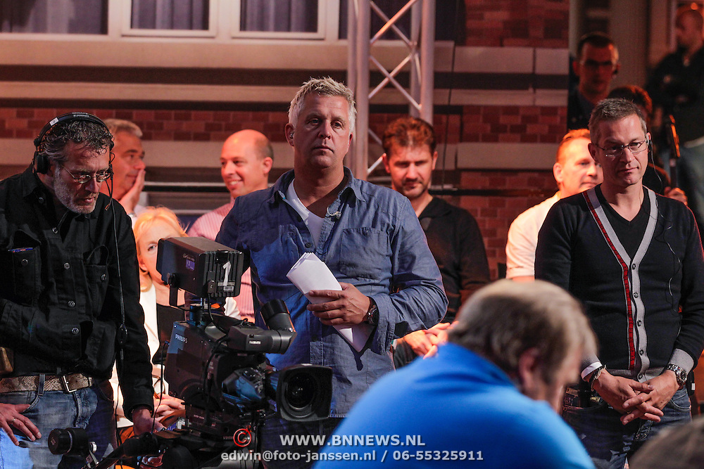 NLD/Scheveningen/20120604 - 1e uitzending VI Oranje met Wilfred Genee en Johan Derksen, opnameleider Marc Struik en publieksopwarmer Jacco
