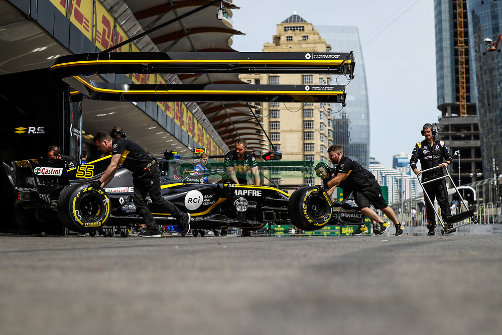 April 27, 2018 - Baku, Azerbaijan - SAINZ Carlos (spa), Renault Sport F1 Team RS18, action pitlane, during the 2018 Formula One World Championship, Grand Prix of Europe in Azerbaijan from April 26 to 29 in Baku - Photo  /  Motorsports: World Championship; 2018; Grand Prix Azerbaijan, Grand Prix of Europe, Formula 1 2018 Azerbaijan Grand Prix, (Credit Image: © Hoch Zwei via ZUMA Wire)