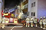 Mannheim. 31.12.17  <br /> Silvesterabend. Silvester. Brand in der Neckarstadt.<br /> Das Mehrfamilienhaus, in dem sich 15 Wohnungen befinden, wurde vollständig evakuiert. Die Bewohner konnten sich anfänglich im Nebenraum einer Kneipe aufhalten. Die Stadt Mannheim brachte später fünf Personen unter, die restlichen Betroffenen fanden bei Verwandten und Freunden eine Bleibe.<br /> Das Haus ist ersten Angaben der Feuerwehr zufolge nicht mehr bewohnbar. Auch den Ermittlern war es am Montagmorgen nicht möglich die Wohnung zu betreten. Der Sachschaden beläuft sich  auf etwa 150.000 Euro. <br /> <br /> <br /> Bild-ID 282   Markus Proßwitz 01JAN18 / masterpress