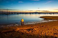 Pescador à beira da água na Praia de Santo Antonio de Lisboa. Florianópolis, Santa Catarina, Brasil. / Fisherman by the sea at Santo Antonio de Lisboa Beach. Florianopolis, Santa Catarina, Brazil.