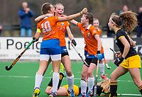 BLOEMENDAAL - hockey - Competitie Landelijk meisjes : Bloemendaal MB1-Den Bosch MB1 (1-1). Vreugde bij Florence ter Brugge nadat ze heeft gescoord.  met Bibian van Lieverloo en Charlotte van Oirschot. COPYRIGHT KOEN SUYK