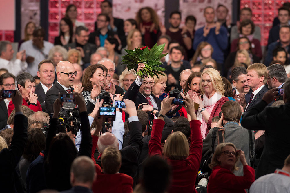 19 MAR 2017, BERLIN/GERMANY:<br /> Martin Schulz (M), SPD, mit Blumen nach seiner Wahl zum SPD Parteivorsitzenden und SPD Spitzenkandidat der Bundestagswahl, a.o. Bundesparteitag, Arena Berlin<br /> IMAGE: 20170319-01-086<br /> KEYWORDS: party congress, social democratic party, candidate, Jubel, Smartphone