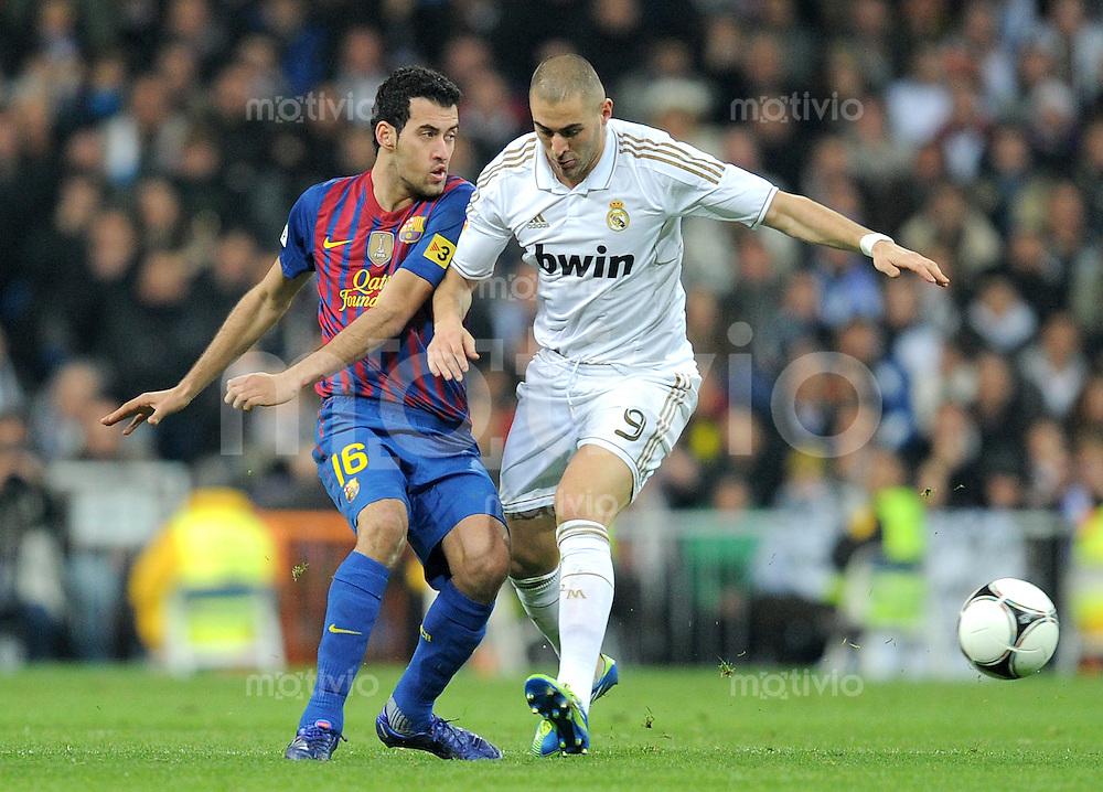 FUSSBALL  INTERNATIONAL  Copa del Rey  1/4  FINALE  2011/2012   18.01.2012 Real Madrid - FC Barcelona  Sergio Busquets (li, Barca) gegen Karim Benzema (Real Madrid)
