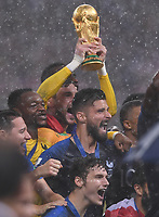 FUSSBALL  WM 2018  FINALE  ------- Frankreich - Kroatien    15.07.2018 Frankreich ist Weltmeister 2018 und Torwart Hugo Lloris  reisst den WM Pokal vor Olivier Giroud in die Hoehe