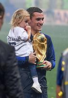 FUSSBALL  WM 2018  FINALE  ------- Frankreich - Kroatien    15.07.2018 Antoine Griezmann (Frankreich) jubelt mit dem Pokal und Tochter