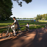 Nederland Rotterdam 24-05-2009 20090524 Foto: David Rozing .                                                                                    .Kralingse Plas deelgemeente Kralingen Crooswijk, man kind en meisje fietsen langs Kralingse plas                            .People  on bike enjoying sunny weather, citylife, Kralingen,          .Holland, The Netherlands, dutch, Pays Bas, Europe, health, healthy, sporting   ...Foto: David Rozing