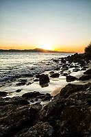 Por do sol na Praia de Ponta das Canas. Florianópolis, Santa Catarina, Brasil. / Sunset at Ponta das Canas Beach. Florianopolis, Santa Catarina, Brazil.