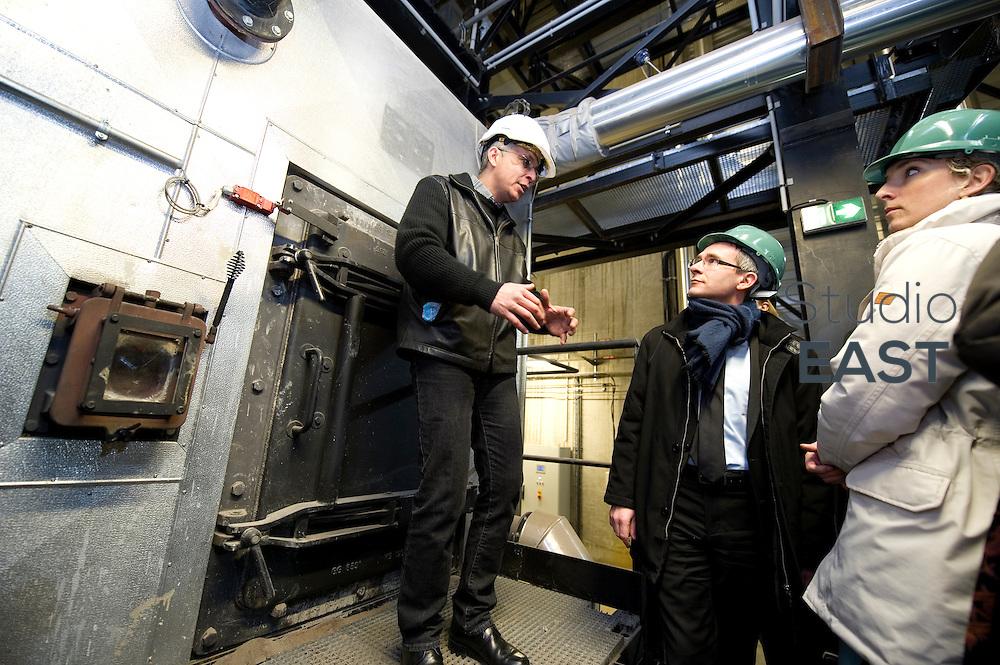 Mme Delphine Batho (droite), ministre de l'environnement et de l'énergie, visite la chaufferie biomasse de Stains en Seine-Saint-Denis, près de Paris, France, le 30 mars 2013. Photo : Lucas Schifres