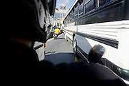 Motorizados  de la Cooperativa de Moto Taxi  ? Moto Plaza?  trabajan llevando clientes en sus motos a los diferentes destinos de la ciudad..Con el casco Puesto, Cooperativas de moto taxi en Caracas, Venezuela..Foto: (Ramon Lepage/ Orinoquiaphoto)..