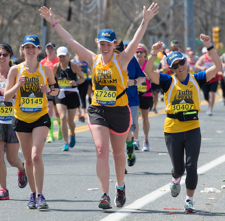 4/18/16 – Natick, MA – Mauri Honickman (LA'16), Miriam Gladstone (LA'16) and Fletcher student Monica Ruiz run past friends and family at Mile 9 of the 2016 Boston Marathon in Natick, MA on April. 18, 2016. (Sofie Hecht / The Tufts Daily)