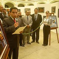 """Toluca, Méx.- Marco Garza, en representacion del Gobierno del Estado de Mexico y Francisco Muñoz, como representante de la UAEM, inauguraron la exposicion fotografica """"EnfocARTE"""", con trabajos de los mienbros de la Asociacion de Reporteros Graficos del Valle de Toluca (ARGVT), en el edificio de Rectoria, con motivo del """"Dia del Fotografo"""". Agencia MVT / Luis Enrique Hernandez V. (DIGITAL)<br /> <br /> NO ARCHIVAR - NO ARCHIVE"""