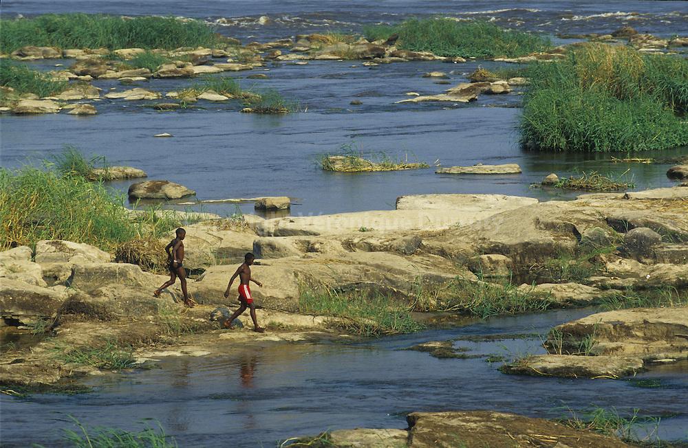 Les chutes Livingstone, nommees d apres l'explorateur David Livingstone, sont une suite de rapides sur le cours inferieur du fleuve Congo en aval du Pool Maleboen a la frontiere de la Republique du Congo et de la Republique democratique du Congo. Les chutes assurent une difference de denivele de 270 metres sur une distance de 350 kilometres. En fait, Livingstone ne parcourut jamais cette partie de l'Afrique occidentale. C'est au cours de la descente Africa-Raft de ces rapides que Philippe de Dieuleveult et 6 de ses coequipiers disparurent le 6 aout 1985.  Livingstone falls along the  Congo river are at the frontier between Congo ( -Congo Brazzavaille -) and The Democratic Republic of Congo (-Congo - Kinshasa- ). In fact, the explorer David Linvingstone never saw these falls.