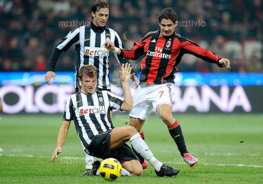 FUSSBALL INTERNATIONAL   SERIE A   SAISON 2010/2011    AC Mailand - Juventus Turin     30.10.2010 Motta Marco (li, Juve) gegen Pato (re, AC Mailand)
