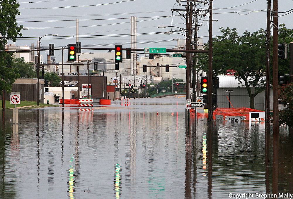 Massive flooding has covered the Midwest section of the United States. In Cedar Rapids, Iowa over 400 blocks were underwater. Other towns are now bracing for the water as it continues downstream.///A street light has all it's lights on in a flooded street in Cedar Rapids, Iowa.