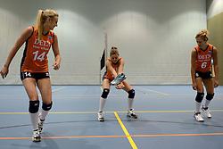 21-05-2014 NED: Selectie Nederlands volleybal team vrouwen, Arnhem<br /> Op Papendal werd het Nederlands team volleybal seizoen 2014-2015 gepresenteerd / Mizuno met Laura Dijkema, Anne Buijs, Maret Grothues