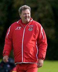 CARDIFF, WALES - Tuesday, October 7, 2008: Wales' manager John Toshack during training at the Vale of Glamorgan Hotel ahead of the 2010 FIFA World Cup South Africa Qualifying Group 4 match against Liechtenstein. (Photo by David Rawcliffe/Propaganda)