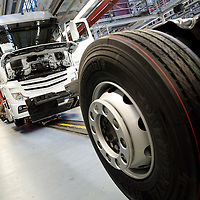 DEU , DEUTSCHLAND : Lkw-Produktion bei Mercedes-Benz in Woerth : Fahrzeuge kurz vor der Fertigstellung. |DEU , GERMANY : Truck production at Mercedes-Benz in Woerth : vehicles shortly before the completion of the assembly|. 08.02.2012.Copyright by : Rainer UNKEL , Tel.: 0171/5457756
