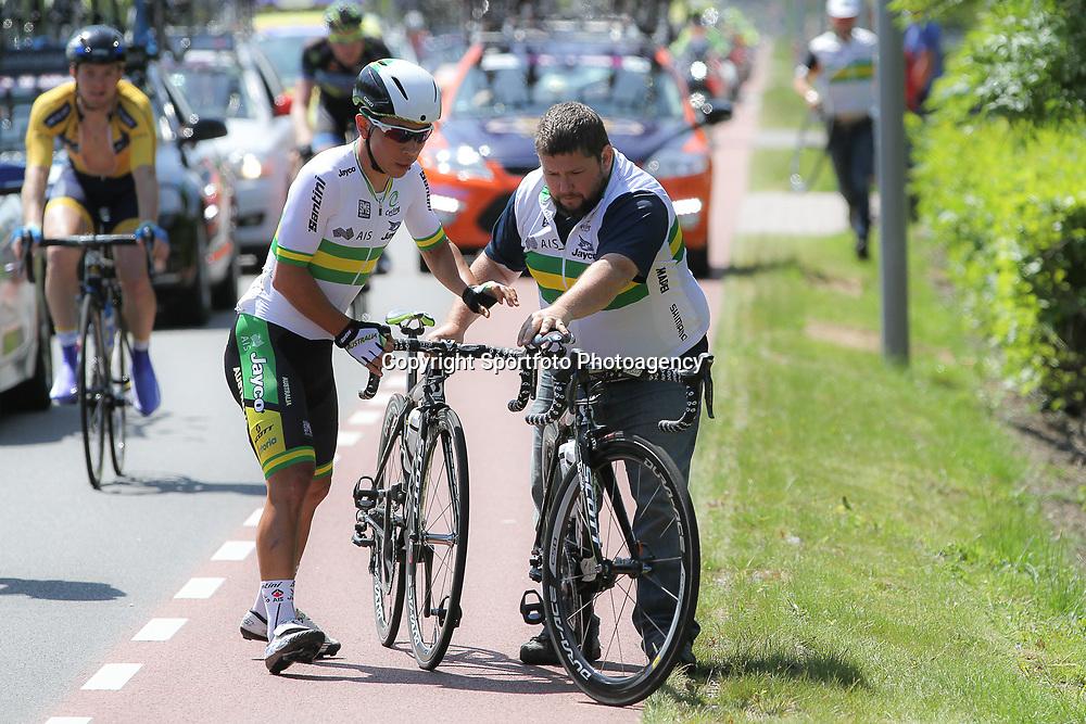 WIELRENNEN, Hoofddorp, Olympias tour. Fietswissel voor de Australische sprinter Caleb Ewam