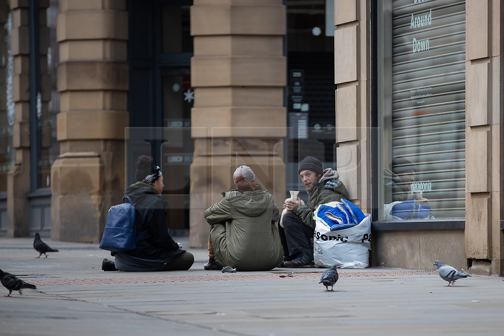 © Licensed to London News Pictures . 25/12/2018 . Manchester , UK . Homeless man MICHAEL BRUCE (33 from Salford) talking to two members of the public on Cross Street . Homeless people sleeping rough on the streets of Manchester City Centre on Christmas Day . Photo credit : Joel Goodman/LNP