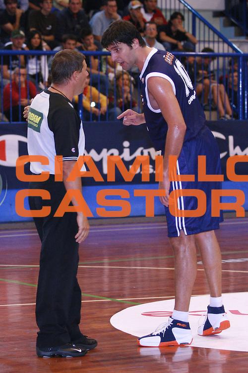 DESCRIZIONE : Moncalieri Precampionato Lega A1 2006-07 Trofeo Citta di Moncalieri Benetton Treviso Lottomatica Roma<br />GIOCATORE : Soragna Bodiroga Arbitro<br />SQUADRA : Benetton Treviso Lottomatica Roma<br />EVENTO : Precampionato Lega A1 2006-2007 Trofeo Citta di Moncalieri <br />GARA : Benetton Treviso Lottomatica Roma <br />DATA : 15/09/2006 <br />CATEGORIA : Curiosita Fallo Rissa<br />SPORT : Pallacanestro <br />AUTORE : Agenzia Ciamillo-Castoria/S.Ceretti<br />Galleria : Lega Basket A1 2006-2007 <br />Fotonotizia : Moncalieri Precampionato Lega A1 2006-07 Trofeo Citta di Moncalieri Benetton Treviso Lottomatica Roma <br />Predefinita :