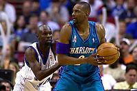 Basketball. NBA. 24.03.2002.<br /> Orlando Magic mot Charlotte Hornets<br /> Darrell Armstrong i duell med Stacey Augmon.<br /> Foto: Jasper Ruhe, Digitalsport