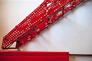 Detail eines acht Meter langen Modells eines Viadukts gefertigt aus roten Blechteilen. Der mittlere Bogen spannt sich meterweit durch den Raum, freitragend.